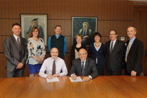 Signature du contrat représentant les associés de recherche