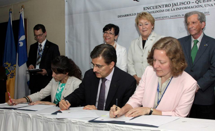 As Quebec Premier Pauline Marois (back row, centre) looks on, Itzcóatl Tonatiuh Bravo Padilla, Rector of the Universidad de Guadalajara (front row, centre), and Prof. Sarah Stroud, McGill's Associate Vice-Principal (Research and International Relations) (front row, right), ink a new agreement for their universities to explore research collaborations in areas of mutual interest. / Photo courtesy of Universidad de Guadalajara