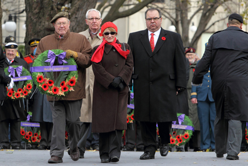 A veteran bearing a wreath accompanies Kip Cobbett, Chairman of McGill's Board of Governors; Principal Suzanne Fortier; and Michael Di Grappa, Vice-Principal (Administration and Finance) to the cenotaph. / Photo: Owen Egan.