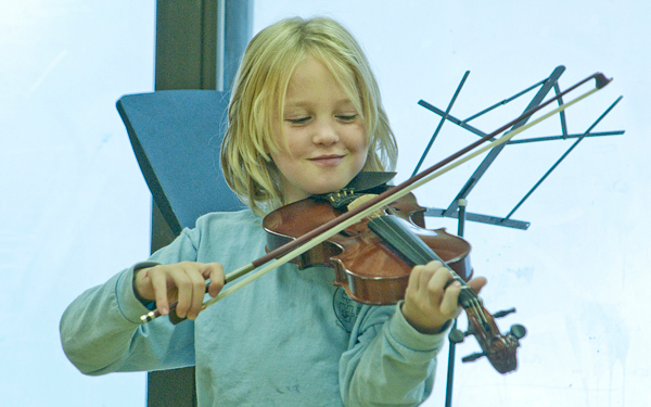 A happy violinst in the Viva!Sistema music program in Point St. Charles. / Photo: Robin-Michetti.