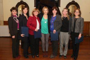 Lynne B. Gervais, VPA-RH avec les diplômés dans le groupe des conseillers en milieu académique