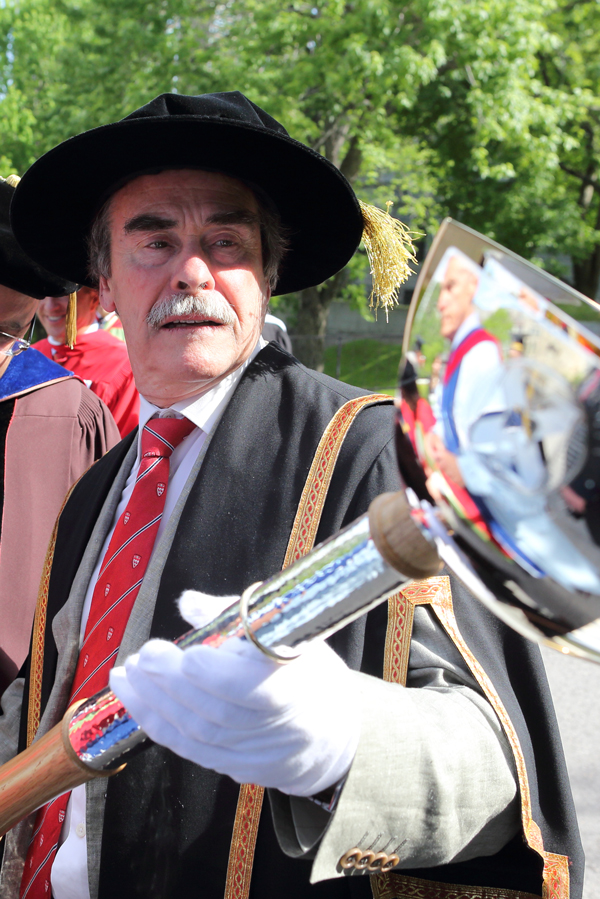 Secretary-General Stephen Strople admires McGill's new ceremonial mace. / Photo: Owen Egan