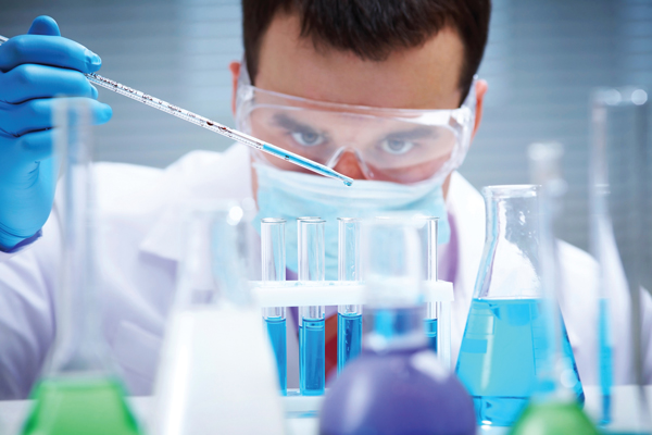 Gloves, goggles, masks: Lab researchers need to pay attention to important safety rules. / Photo: Thinkstock