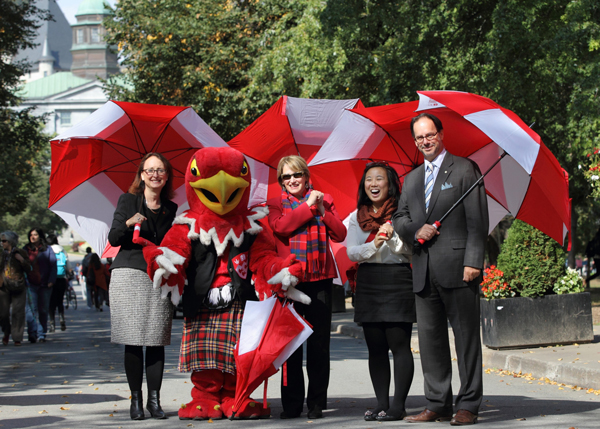 Marty the Martlet helped kick off the March of 1,000 Umbrellas along with (from left to right) McGill Centraide Campaign Co-Chairs, Rosie Goldstein, VP Research and International Relations; Principal Suzanne Fortier; SSMU President Courtney Ayukawa; and Dean of Law Daniel Jutras. / Photo: Owen Egan