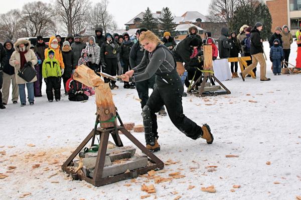 Le concours de bûcheronnage comprend diverses épreuves de coupe du bois, à la hache ou à la scie. / Photo: Neale McDevitt