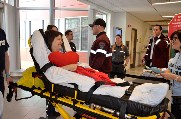 A patient transferring from the Royal Victoria Hospital is greeted at the Glen site. / Photo courtesy of the MUHC