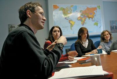 Rex Brynen entretient des étudiants de l'Université McGill sur la politique du Moyen-Orient