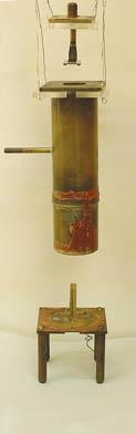 Pour une expérience devant décrire la nature des rayons alpha, Ernest Rutherford a fabriqué l'appareil présenté ici (en perspective éclatée).