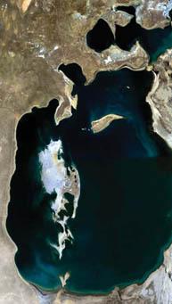 Vue satellite montrant le recul des berges de la mer d'Aral, laquelle a été l'une des plus grandes mers intérieures. La photo de gauche a été prise en 1989 et celle de droite en 2003.