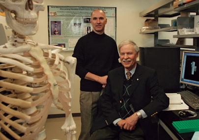Les maladies musculosquelettiques, telles que l'arthrite et l'ostéoporose, sont les causes les plus fréquentes de douleurs aiguës chroniques et d'invalidité. Marc McKee (à gauche), professeur à la Faculté de médecine dentaire et au Département d'anatomie et de biologie cellulaire, et le docteur David Goltzman, directeur du Centre de recherche sur le tissu osseux et le parodonte, s'intéressent aux mécanismes de ces maladies.