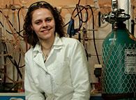 Nouvelle recrue de l'équipe verte de McGill, la professeure de chimie Audrey Moores étudie des moyens moins énergivores et moins toxiques de produire des réactions chimiques.