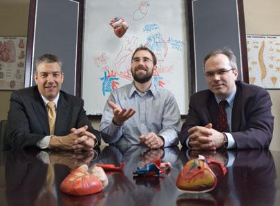 Les professeurs de génie Richard Leask (au centre) et Rosaire Mongrain (à droite) collaborent avec Baylis Medical Inc., dirigée par Frank Baylis (à gauche), pour améliorer radicalement le traitement des anomalies cardiaques chez l'enfant.