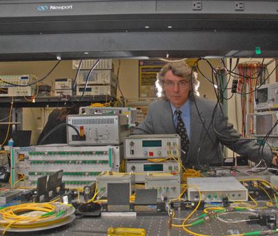 Le professeur de génie électrique et informatique David Plant s'attache à trouver des moyens d'adapter les câbles à fibres optiques afin qu'ils répondent aux importants besoins informatiques actuels.