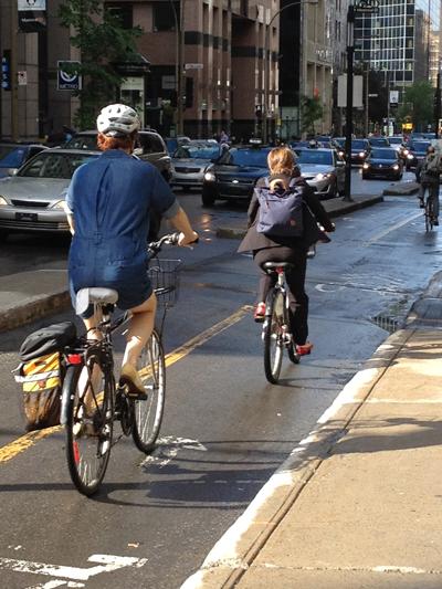 Selon les chercheurs du Groupe de recherche sur le transport de McGill, la piste cyclable qui longe le boulevard de Maisonneuve n'est pas sécuritaire et entraîne souvent des conflits entre cyclistes, automobilistes et piétons.