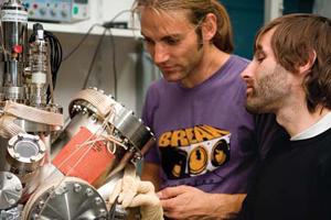 Rico Gutzler (à gauche) et Hermann Walch, doctorants de l'Université Ludwig-Maximilians, ont pris part à des expériences liées à l'auto-assemblage sur surfaces lors de l'édition 2008 du Réseau Nanotech Junior.