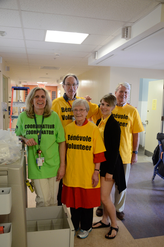 Staff and volunteers helping with patient transfers at the Montreal General Hospital. / Photo MUHC Public Affairs