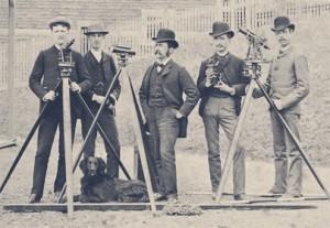 C.H. McLeod (à gauche, entouré de ses étudiants, vers 1880) s'est consacré à l'étude discrète de l'astronomie.  Ayant longtemps tenu le rôle de surintendant de l'Observatoire de McGill, il a utilisé ses nombreux relevés pour recalculer les valeurs des longitudes du Canada.