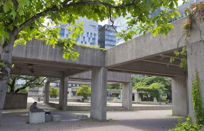 Il n'y a aucun doute que le square Viger a besoin d'être amélioré, mais il n'a pas été prouvé que raser complètement l'Agora de Charles Daudelin soit nécessaire, selon Raphaël Fischler, directeur de l'École d'urbanisme de McGill.