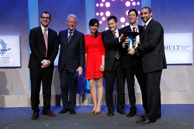 Former U.S. president Bill Clinton with McGill's 2013 winning team (from left to right): Jesse Pearlstein, Shobhita Soor, Zev Thompson, Gabriel Mott and Mohammed Ashour. / Photo: AP Images for the Hult Prize