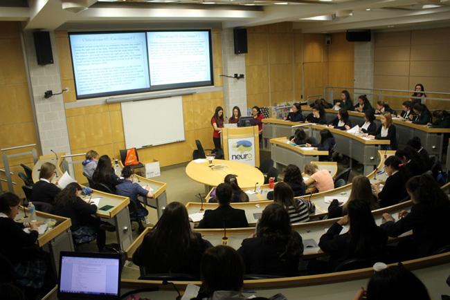Durant l'événement d'un jour, les étudiants répondent à des questions sur la mémoire, le sommeil, les émotions, la perception, le stress, le vieillissement, l'imagerie cérébrale, la neurologie, la génétique et les maladies du cerveau. / Photo: Shawn Hayward