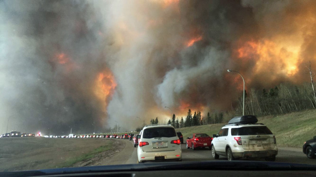 Large flames and heavy smoke surrounded congested Highway 63 South leading out of Fort McMurray. / Photo: DarrenRD (Wikimedia Commons)