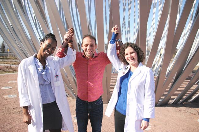 Yvan Martineau exprime sa gratitude envers les infirmières cliniciennes Christine Duterville (à gauche) et Kathy Riches (à droite).