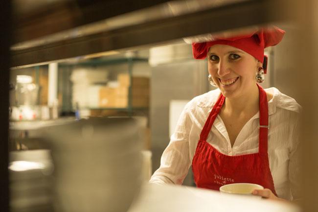 Née au Brésil de parents français, la fondatrice de la chaîne Juliette & Chocolat s'est installée à Montréal en 1998 pour venir étudier à McGill.