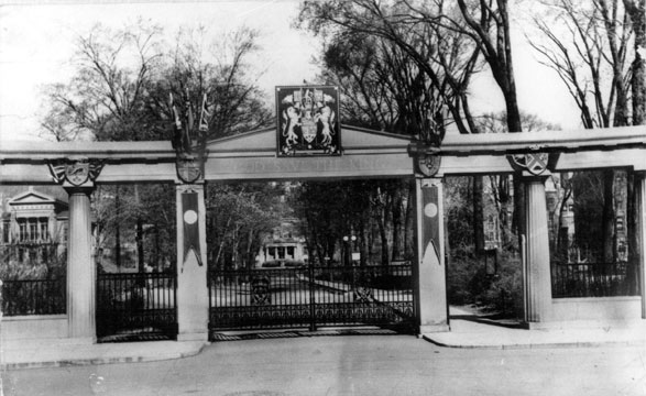 The Roddick Gates with crest in 1939. / Photo: McGill Archives