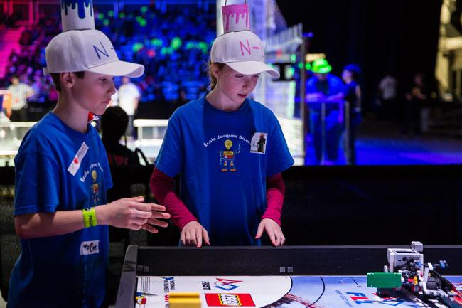 Deux jeunes participants à l'édition 2016 du Festival de robotique. / Photo: Barnard L'Arrivée