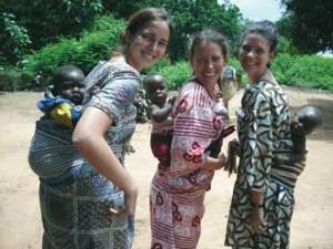 De gauche à droite: Stéphanie Mayer, Audrey Yank et Stéphanie Dumais ont rapidement tissé des liens avec la population du village de Gobé, au Bénin, lors de leur séjour de travail pour le Centre du riz pour l'Afrique.