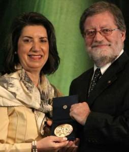 Dr. Sharon Bond accepts the Prix Mérite from Alain Bernier, Treasurer of the Conseil interprofessionnel du Québec
