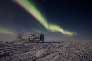 McGill researchers are part of a teamworking to solve the mysteries of the universe with help from the South Pole Telescope. The sun has disappeared since March, leaving a night sky that no 'Star Wars' CGI expert could ever hope to recreate. / Photo: Keith Vanderlinde